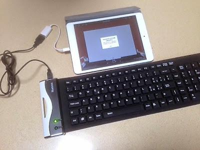 una tastiera usb flessibile collegata con un adattatore per iPad/iPad Mini